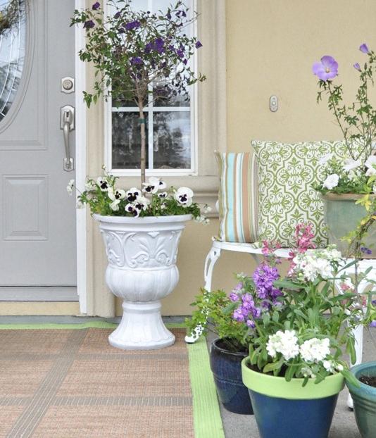 春の花で玄関デコレーション