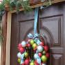 玄関ドアにクリスマスリースの飾り方・取り付け方・吊るし方